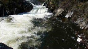 Wodny wirować przy dnem kaskada w skalistych górach zdjęcie wideo
