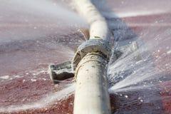 Wodny wyciek od dziury w wężu elastycznym Fotografia Stock