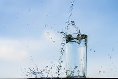 Wodny zrzut w szkło Zdjęcie Royalty Free
