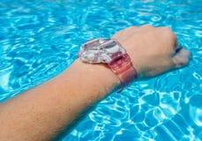 Wodoodporny zegarek na nadgarstku w pływackim basenie Obrazy Royalty Free