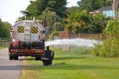 Wody Miejskiej ciężarówka Nawadnia rośliny obrazy stock