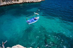 Wody morskiej i granitu kamienie Łodzie nad rafa koralowa Hiszpania Fotografia Royalty Free