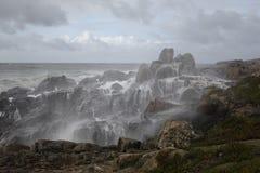 Wody morskiej kiści nakrycia skały od wybrzeża Fotografia Stock