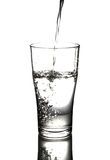 Wody pitnej dolewanie w szklanego tło Zdjęcie Stock