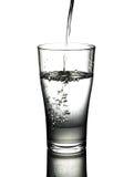 Wody pitnej dolewanie w szklanego tło Obrazy Stock
