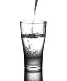 Wody pitnej dolewanie w szklanego tło Obrazy Royalty Free
