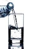 Wody pitnej dolewanie w szkle Zdjęcie Stock