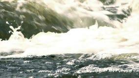 Woedend stroomwater met schuim stock video