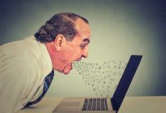 Woedende bedrijfsmens die aan computer, het gillen werken Royalty-vrije Stock Foto