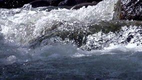 Woedende bergrivier stock footage