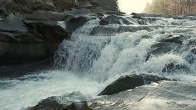 Woedende bergrivier Wildness van schoon, duidelijk water in de bergrivier Langzame Motie stock videobeelden