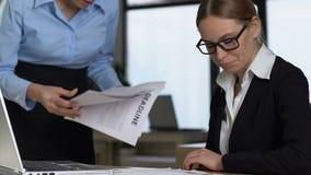 Woedende manager die bij verwarde werknemer, projectmislukking, het werkspanning gillen stock footage