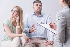 Woedende mens tijdens parentherapie stock foto's