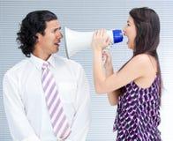Woedende onderneemster die door een megafoon schreeuwt royalty-vrije stock fotografie