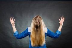 Woedende vrouw die handengebaren maken Royalty-vrije Stock Foto