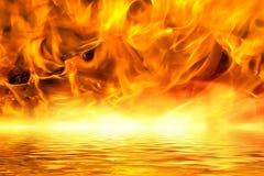Woedende vuurhaard op een meer van lava Royalty-vrije Stock Foto's