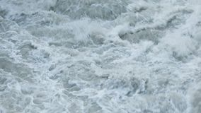 Woedende wateren van Hraunfossar-waterval stock footage