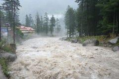 Woedende wilde torrentialhimalayan rivier Manali India Stock Afbeeldingen