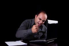 Woedende zakenman die aan computer kijkt Stock Foto