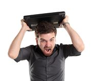 Woedende zakenman die bij zijn laptop schreeuwen Stock Afbeelding