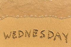 Woensdag - met de hand geschreven op het zand in lijn van de overzeese branding Samenvatting Royalty-vrije Stock Afbeelding