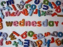 Woensdagbanner met kleurrijke kleine letters stock afbeeldingen