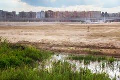 Woestenijgrondgebied voor nieuw stadion in een woonwijk op de voorstad van Kaliningrad stock foto