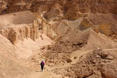 Woestijn die in Negev-bergen wandelen stock foto