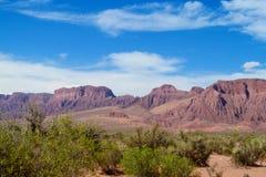 Woestijn droge rode bergen op horizont Royalty-vrije Stock Afbeelding