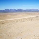 Woestijn en bergketen. royalty-vrije stock afbeeldingen