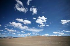 Woestijn en blauwe hemel Royalty-vrije Stock Foto's