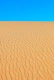 Woestijn en hemel. Het duin van het zand dat door wind wordt gevormd. Portuga Royalty-vrije Stock Foto