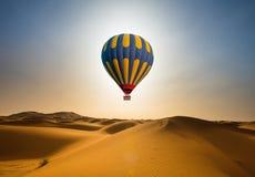 Woestijn en hete luchtballonlandschap bij Zonsopgang stock fotografie