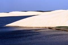 Woestijn en oceaan stock afbeelding