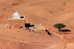 Woestijn en oud Moslimdieheiligdom - van Ait Benhaddou wordt bekeken Stock Afbeeldingen