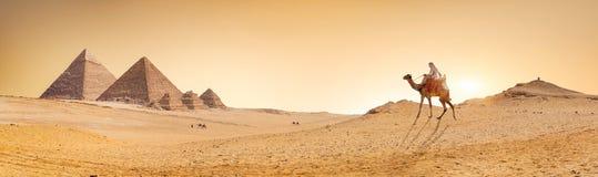 Woestijn en Piramides royalty-vrije stock fotografie