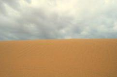 Woestijn en wolk stock fotografie