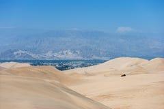 Woestijn in Huacachina, Peru Met fouten en duinen op achtergrond royalty-vrije stock afbeeldingen