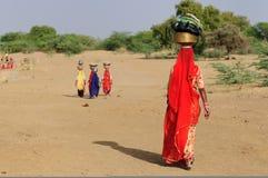 Woestijn, mensen, water Stock Afbeelding