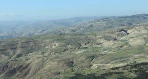Woestijn met berg wordt gemengd die royalty-vrije stock afbeelding