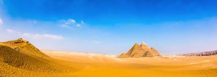 Woestijn met de grote piramides van Giza royalty-vrije stock foto