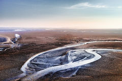 Woestijn met een rivier en de blauwe hemel Stock Foto