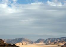 Woestijn met rotsen royalty-vrije stock afbeelding