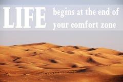 Woestijn met tekst: Het leven begint aan het eind van uw comfortstreek Royalty-vrije Stock Afbeeldingen
