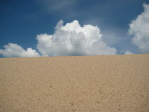 Woestijn met wolken royalty-vrije stock afbeeldingen