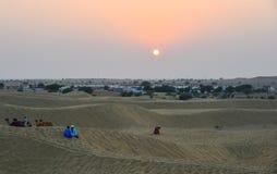 Woestijn met zandduinen bij zonsondergang royalty-vrije stock afbeeldingen