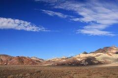 Woestijn onder blauwe hemel Stock Afbeelding