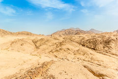 Woestijn onder blauwe hemel Royalty-vrije Stock Foto