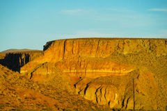 Woestijn vlakke berg bij zonsondergang royalty-vrije stock foto