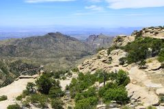 Woestijnbergen met hoghway distand royalty-vrije stock fotografie